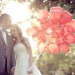 Bruidspaar met grote ballonnen in hartvorm