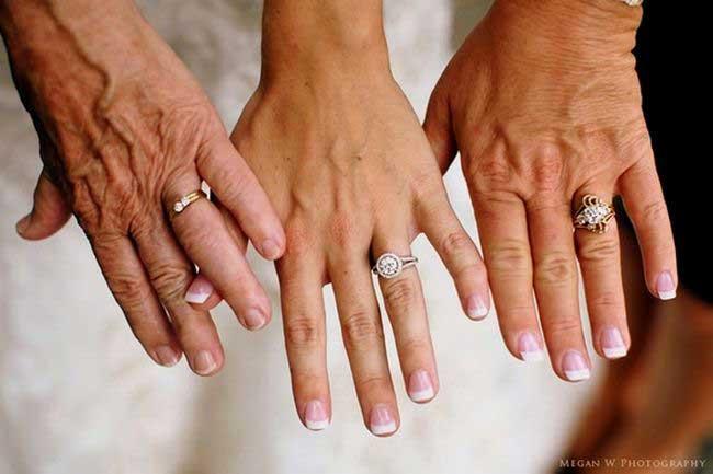 Drie generaties met hun trouwringen