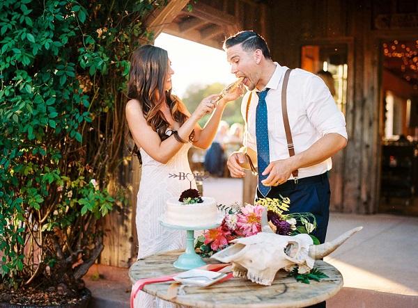 Bruidspaar met de bruidstaart