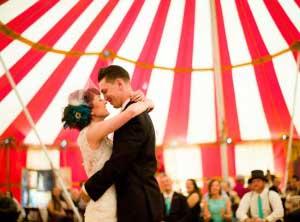 Bruidspaar in het thema circus