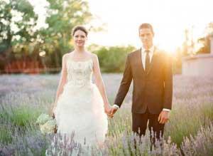 Bruidspaar in veld vol lavendel