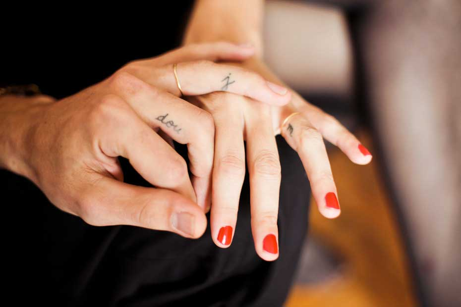 Tatoeage op vingers in plaats van een trouwring