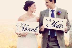 Bruidspaar met bedankkaartjes met de tekst Thank You
