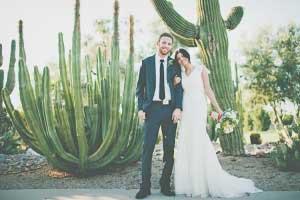 Bruidspaar voor grote cactussen