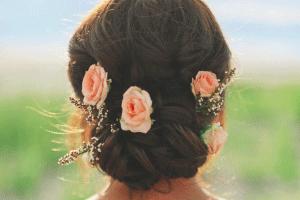 Bloemen als haaraccessoires voor een bruidskapsel