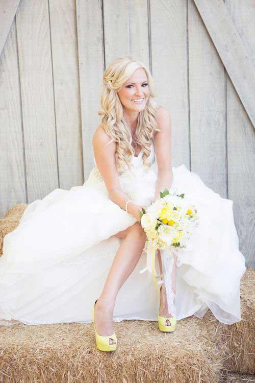 Bruid met geel gekleurde trouwschoenen