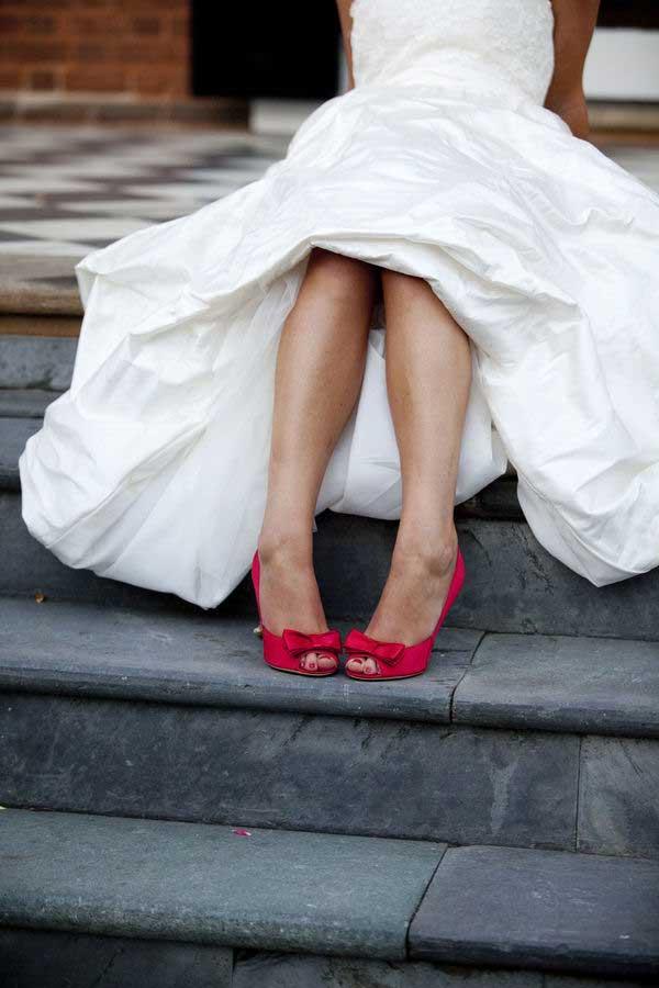 Rood gekleurde trouwschoenen
