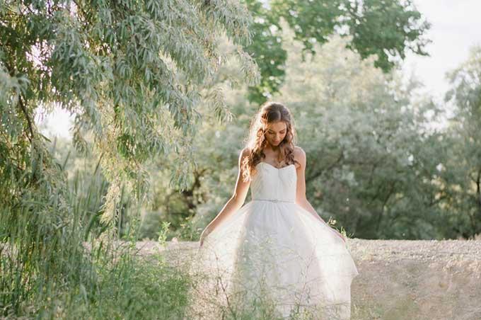 Bruid met los haar in het gras