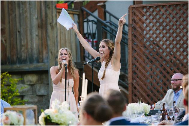 Zusjes tijdens een van de bruiloft stukjes