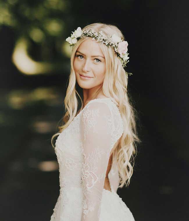 Bruid met los haar en bloemenkrans