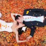 Bruidspaar tijdens een herfst bruiloft