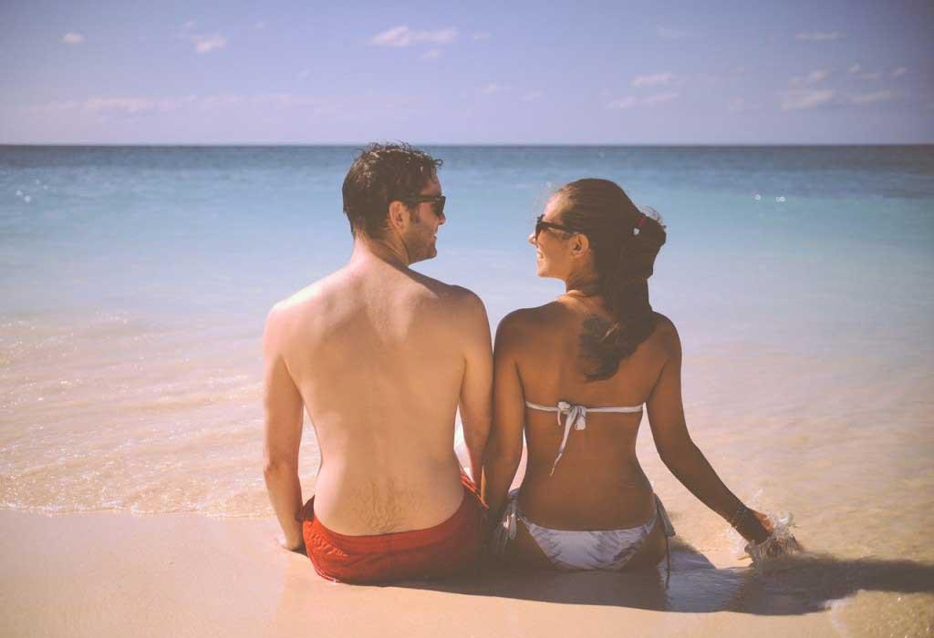 Huwelijksreis man en vrouw op strand