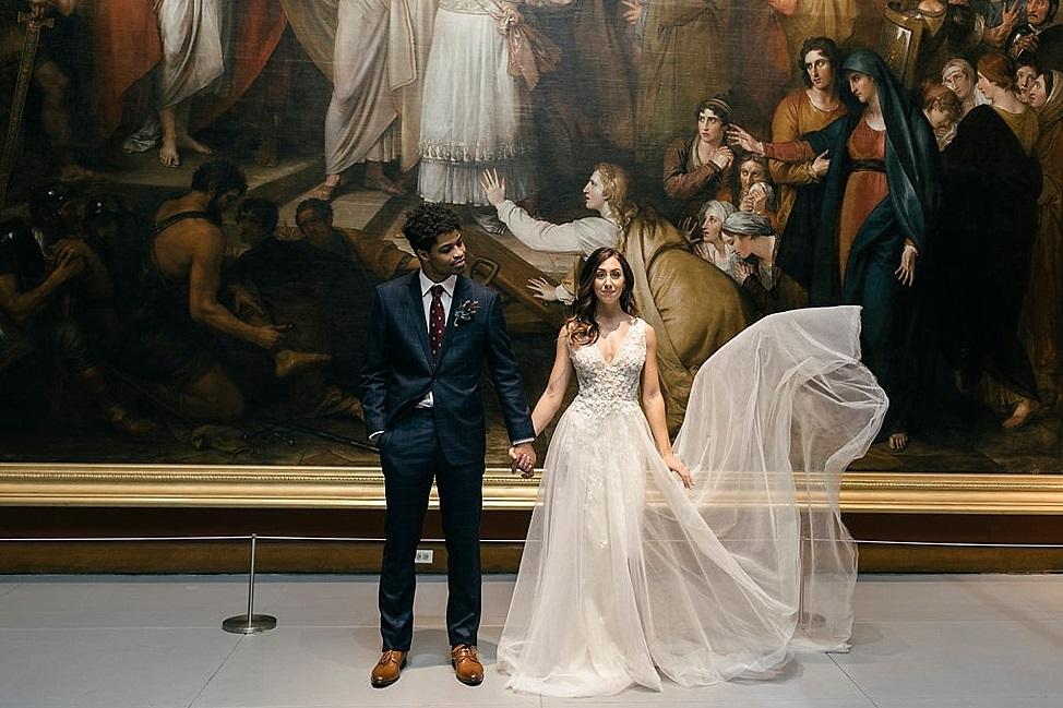 Bruidspaar voor schilderij