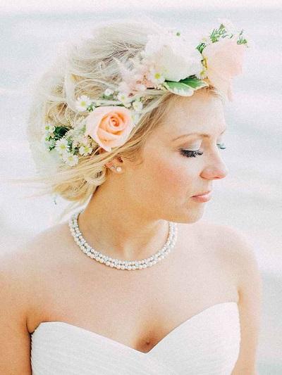 Bruid met kleine oorbellen