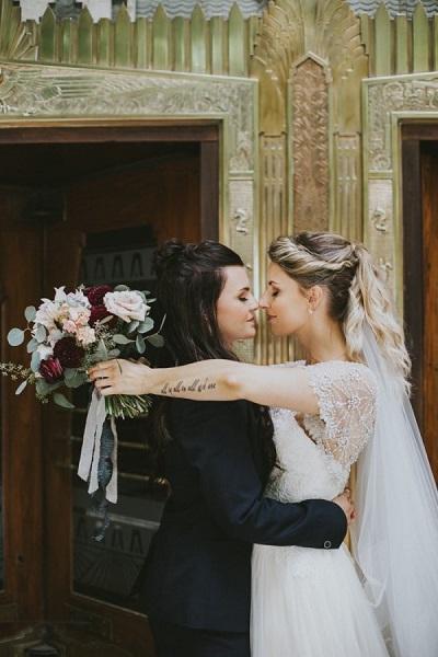Twee bruiden geven een kus