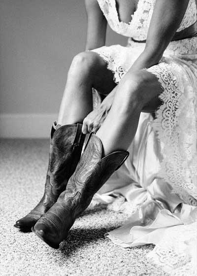 Bruid met cowboylaarzen