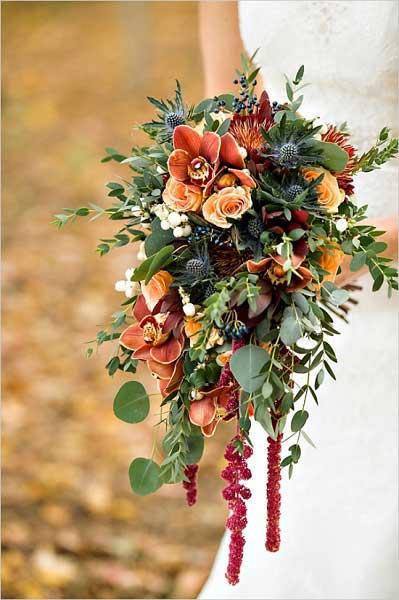 Bruid met herfstboeket