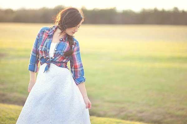 Vestjes zoals een houthakkersblouse over een trouwjurk