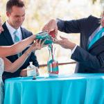 Zand gieten door bruidspaar tijdens de ceremonie
