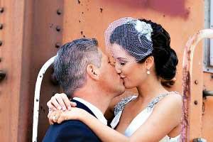 Bruidegom kust bruid met birdcage veil