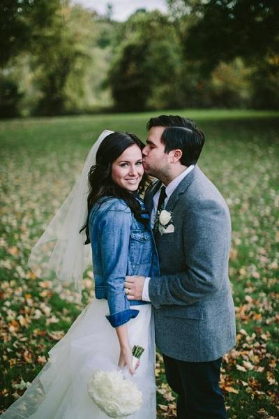 Bruid met spijkerjasje en haar bruidegom
