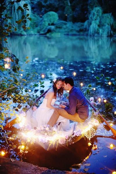 Bruidspaar in een bootje met lichtjes