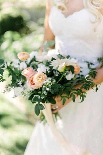 Wit met roze bruidsboeket