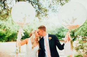 Bruidspaar met grote ballonnen