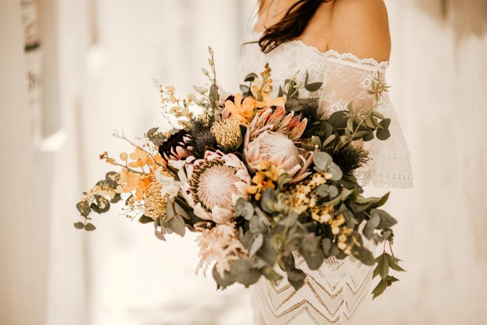 Bruid met bohemian bruidsboeket