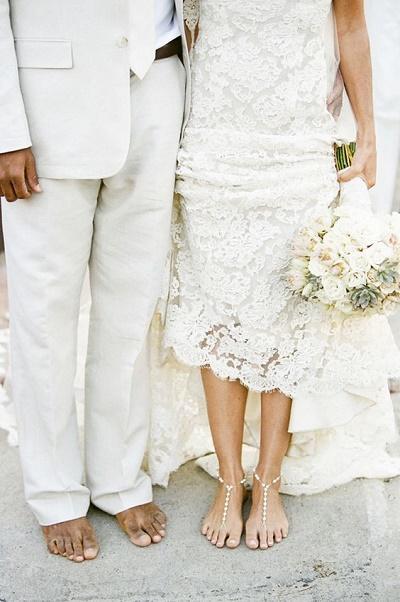 Bruidspaar op blote voeten