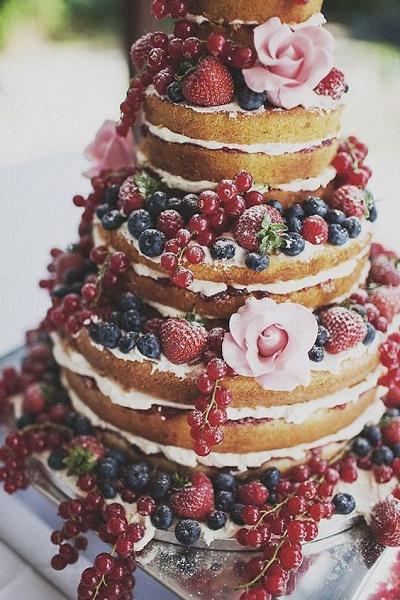 Naakte bruidstaart met vers fruit