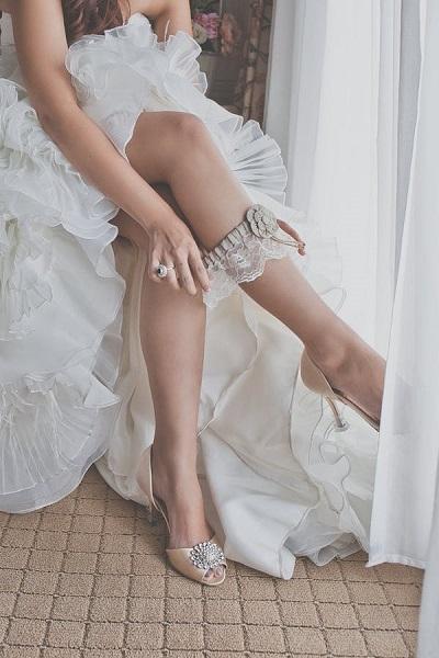 Bruid doet kousenband om