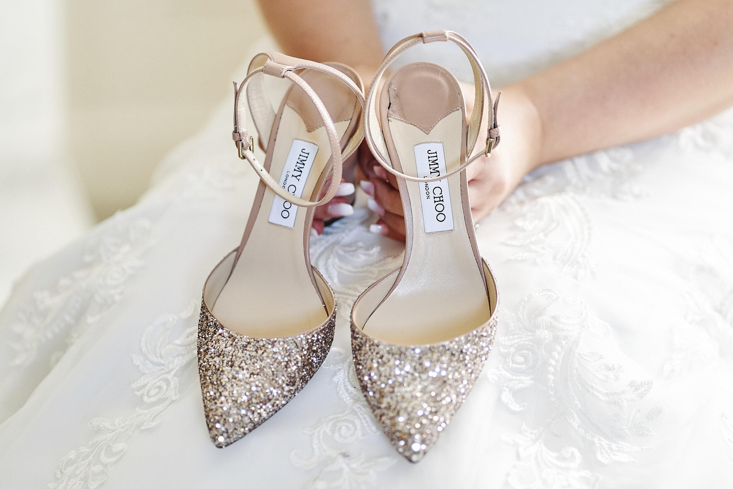 Bruid met Jimmy Choo trouwschoenen in het goud