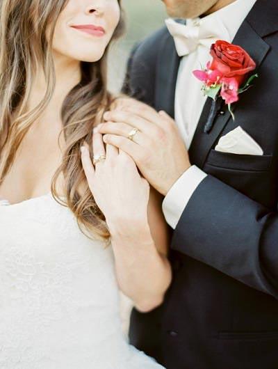 Trouwring handen bruidspaar