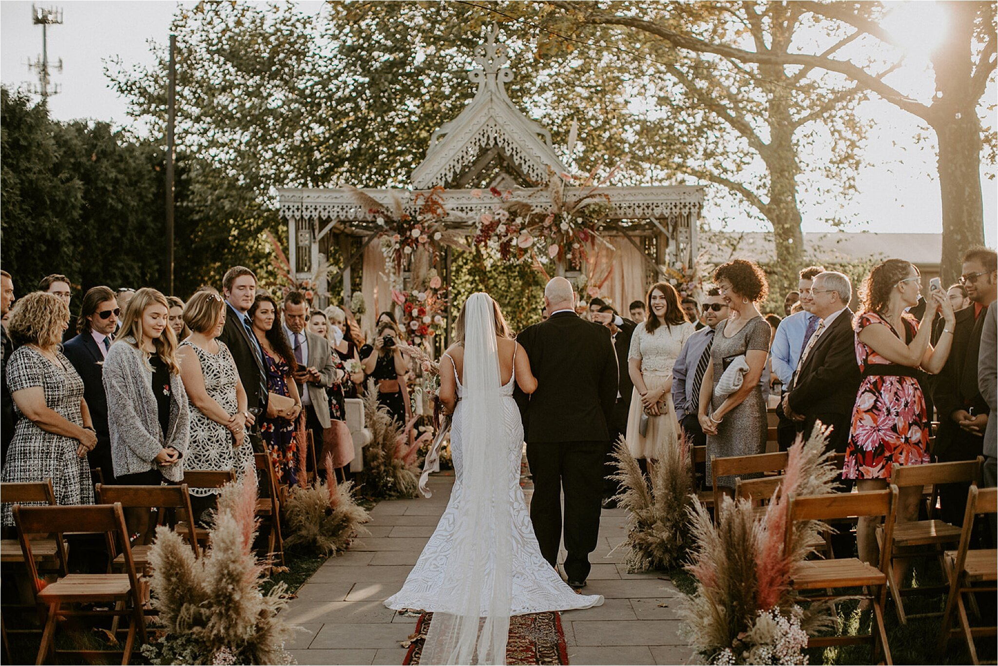 Bruid loopt met haar vader naar het altaar