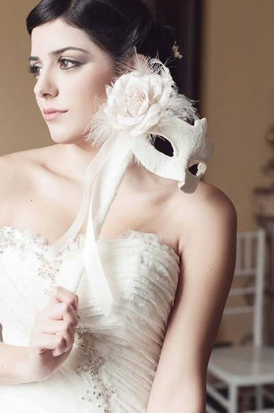 Bruid met Venetiaans masker