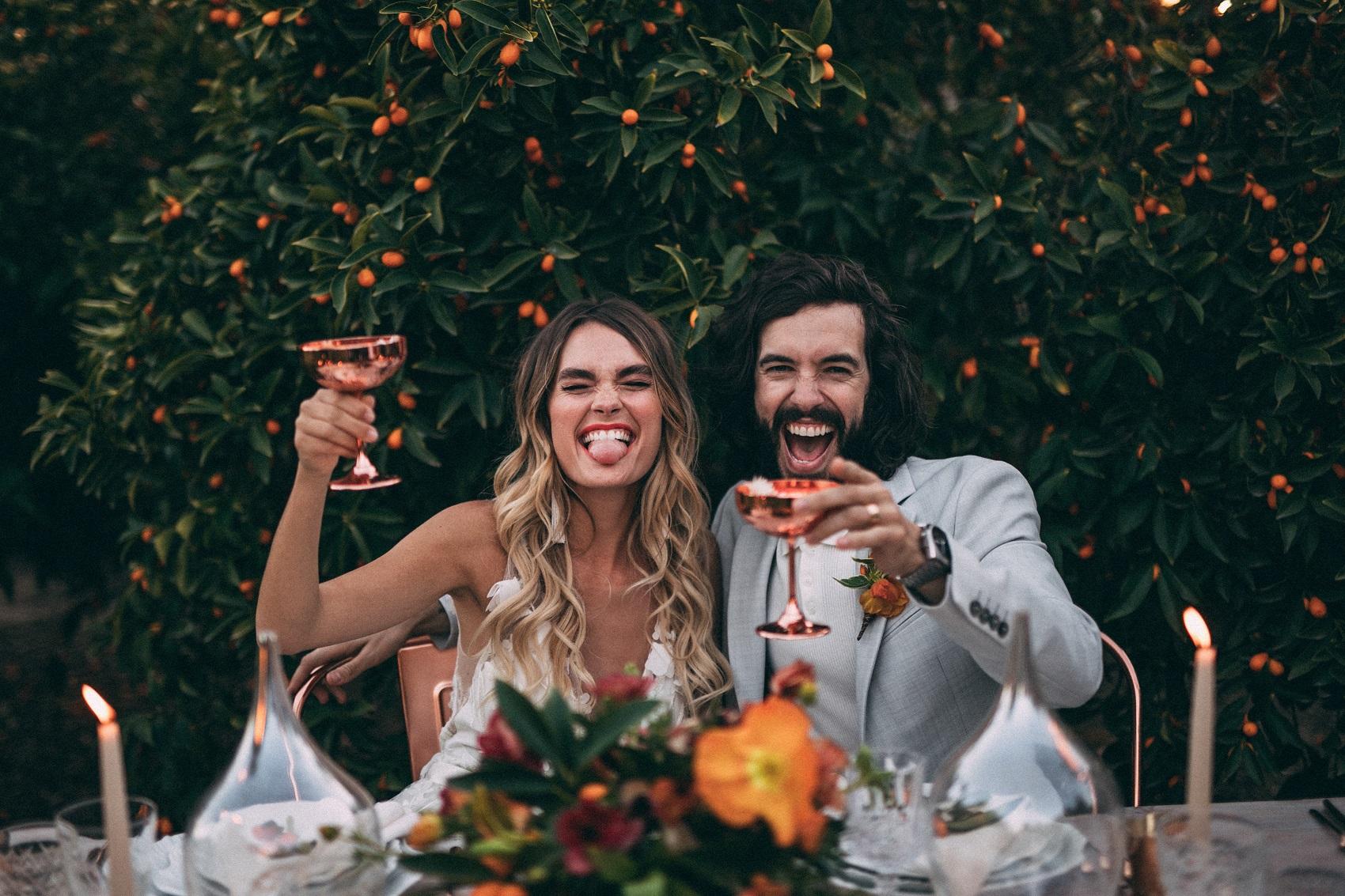 Bruidspaar met drankje in hun handen
