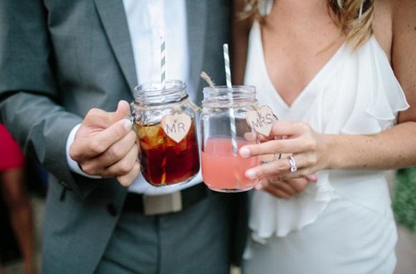 Bruidspaar met Mason Jar glazen