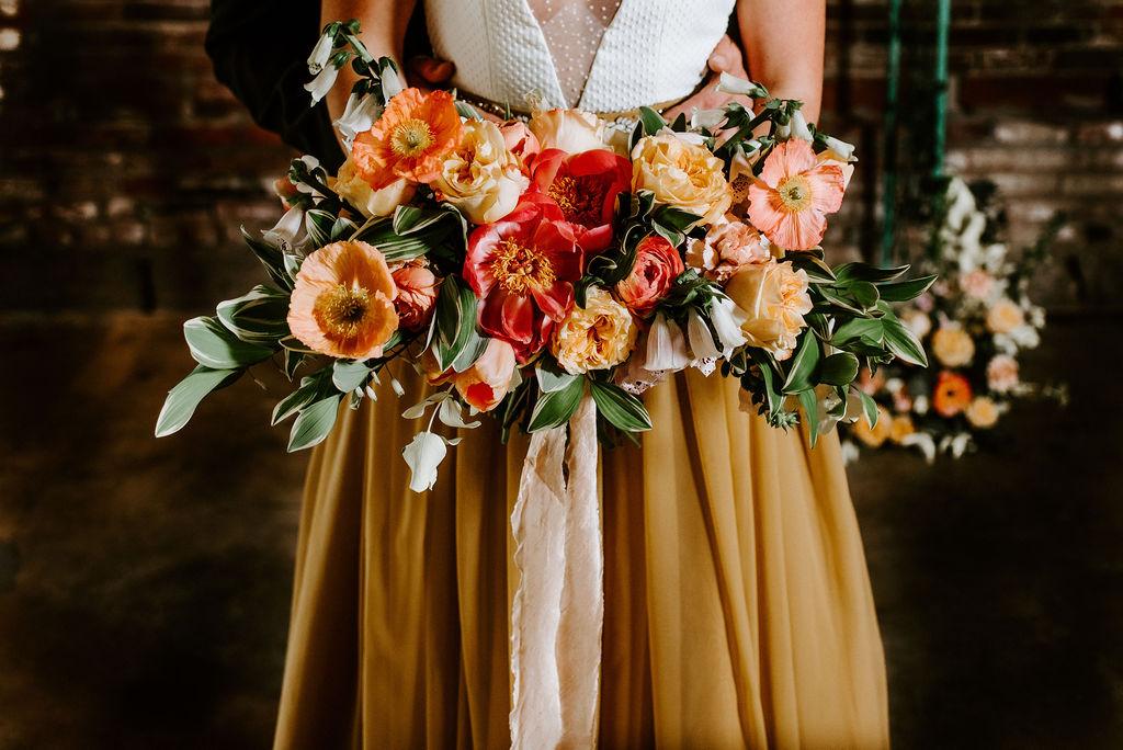 Bruid met bruidsboeket en gele trouwjurk