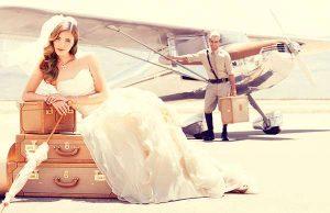 Bruidspaar bij vliegtuig