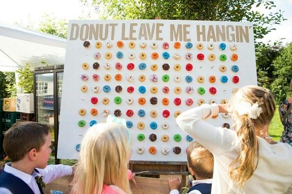 Gaaf idee donut muur tijdens de receptie bruiloft