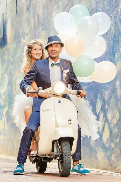 Bruidspaar op scooter met ballonnen