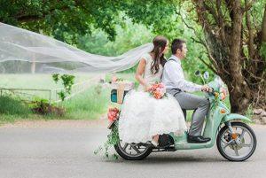 Bruidspaar op scooter