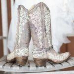 Slim idee: Laarzen onder je trouwjurk