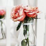 Stoeldecoratie met rozen
