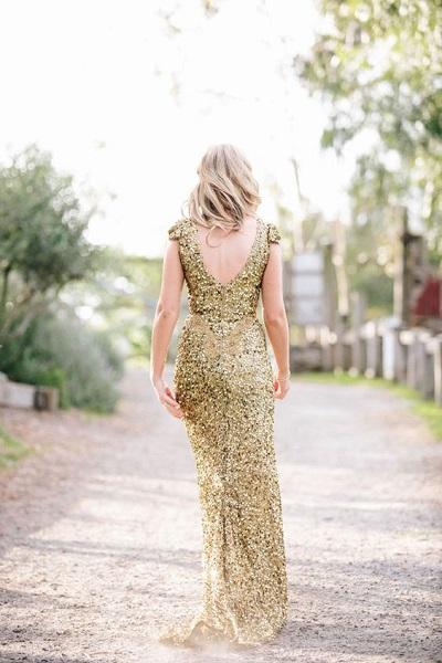 Achterkant bruid met gouden trouwjurk