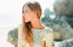 Bruid met gouden trouwjurk
