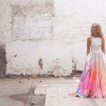 Gaaf idee: Kleurrijke handgeverfde trouwjurk