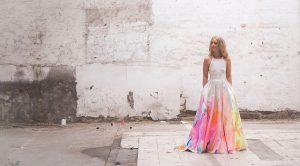 Bruid met handgeverfde trouwjurk