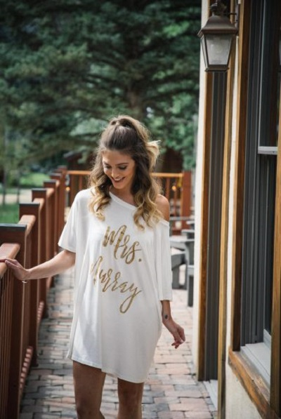 Bruid ochtend in wijd t-shirt